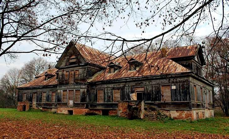 Drewniany dwór został zbudowany pod koniec XIX wieku przez ostatniego męskiego przedstawiciela tej gałęzi rodu – Józefa Reytana