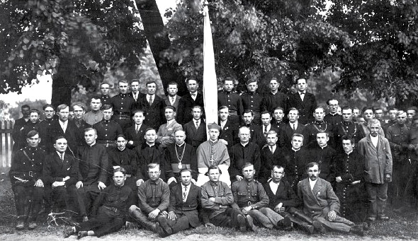 Mieszkańcy Nowej Myszy z biskupem Zygmuntem Łozińskim, Sługą Bożym. Lata 30-te XX wieku