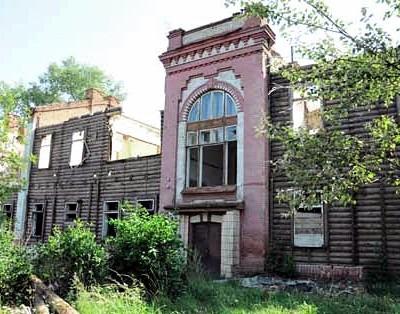 Wyburzenie wojskowego budynku z końca XIX w. Fotografia z 2010 r.