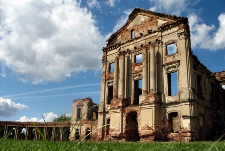 Zespół pałacowy w dawnej rezydencji Sapiehów w Różanie