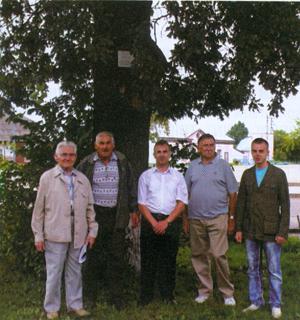 Drzewo Wolności w Dawidgródku (drugi z lewej kustosz muzeum - pan Mikołaj Pawłowicz)