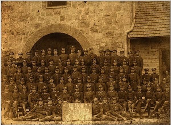 Żołnierze 9 batalionu KOP na tle koszar