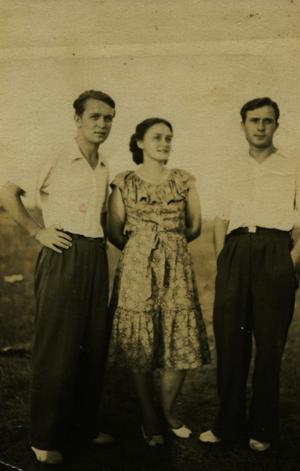 Wiktor Mostek z siostrą Janiną i bratem Mieczysławem. Początek lat 50. XX w.