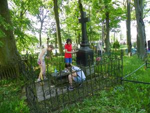 Przy okazji uporządkowano grób Szwykowskich