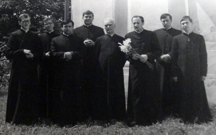 Różana. Ks. Kazimierz Wielikosielec (z liliami w ręku) w towarzystwie ks.Michała Woronieckiego, proboszcza parafii i kleryków z Seminarium w Rydze. 8 lipca 1984 rok.