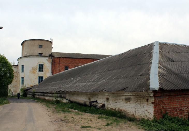 Klasztor cystersów, ufundowany w 1711 r. W czasach radzieckich urządzono tu fabrykę mebli. W chwili obecnej budynek jest pusty, ale bez prac renowacyjnych, w szybkim tempie ulegnie zniszczeniu.
