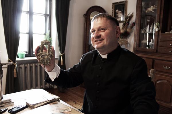 Ksiądz Witalis Myszona z relikwiarzem ze starego kościoła lelczyckiego, spalonego w 1943 r.