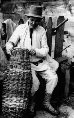 Wyplatanie koszy, tzw. więcierzy do połowu ryb (fot. J. Szymańczyk, ok międzywojenny, ze zb. J. Szymańczyka)