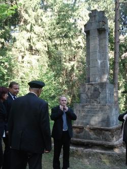 Przy pomniku żołnierzy 78 PP Strzelców Słuckich z 1920 r. śp. Janusz Krupski, Jarosław i Elżbieta Książkowie, 18.08. 2009 r.