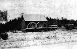 """Młyn wodny w okolicach Drohiczyna (fot. """"Polesie ilustrowane"""", pod red. O. Nelarda, s. 112)"""