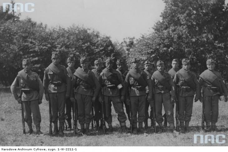 Członkowie Związku Strzeleckiego podczas ćwiczeń