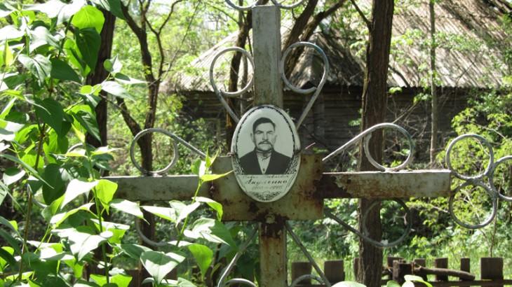 Cmentarz nieopodal wsi Borszczewka. 18 km do Czarnobylskiej AES