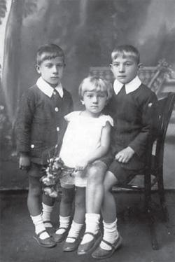 Synowie Romuald i Witold, córka Danuta