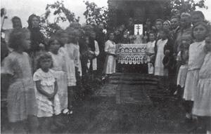 Boże Ciało, 1947 r. Kaplica na Kijowce (Brześć). W centrum po lewej – Danuta Tylińska- Mańkowska, ksiądz Wacław Piątkowski