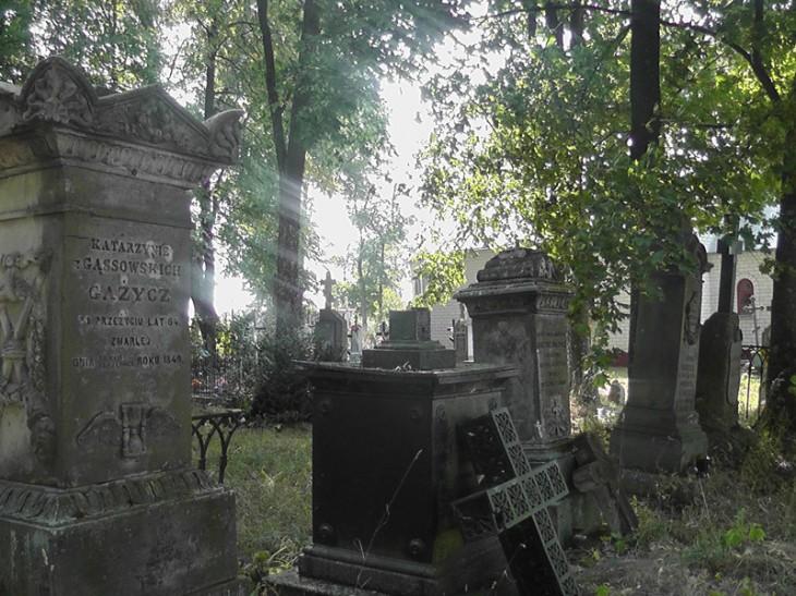 groby na cmentarzu w Wołczynie