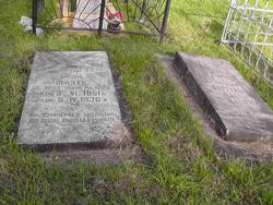 Groby żołnierzy polskich, pozostałe z dawnego cmentarza wojskowego. Cmentarz komunalny przy ul. Spokojnej
