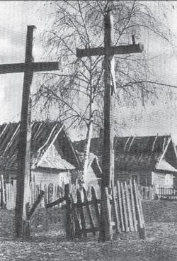 """Krzyże rozciągają swe opiekuńcze ramiona nad wsią (fot. """"Polesie"""", F.A. Ossendowski, s. 123)."""