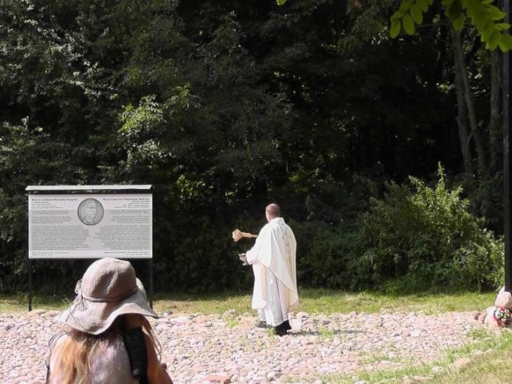 Ks Andrzej Borodzicz poświęcił krzyż, tablicę informacyjną oraz Plac Traugutta wybrukowany przez harcerzy z Brześcia.