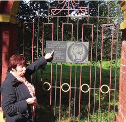 Krajoznawca Tacciana Chwagina obok tablicy pamiątkowej ku czci Heleny Skirmunt, wieś Kołodne, 2012.
