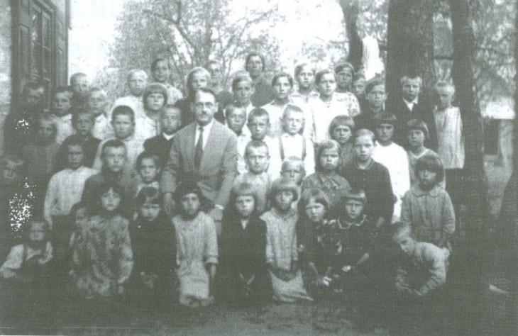 Nauczyciele szkoły w Bohdziukach Anatol Michalczuk z młodzieżą (fot. 1937 r. ze zb. E. Trzeciaka)