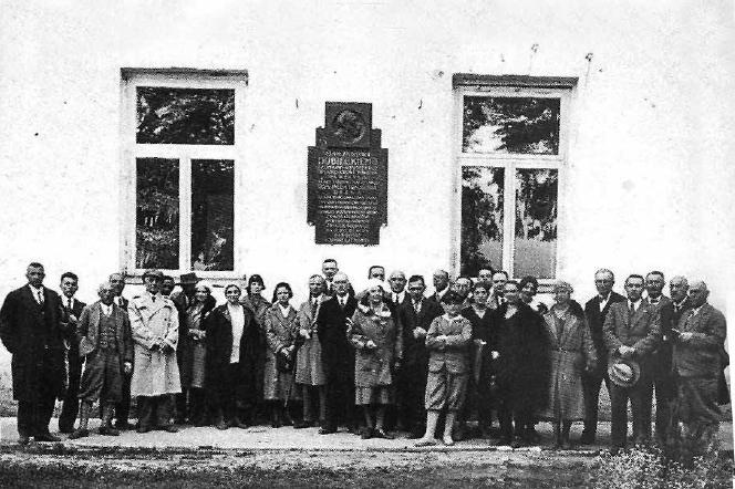 Lata 30-te w Dubnie, przed odsłoniętą tablicą poświęconą Marianowi Dubieckiemu.