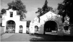 Brama cmentarna we Włodzimierzu-Wołyńskim. Na tym cmentarzu są trzy nagrobki weteranów Powstania