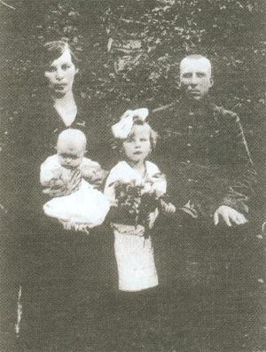 13. Olga Tumiłowicz siostra Aleksandra i Stanisław Oku- licz legionista rozstrzelany 14.09.1937 r. w Kuropatach k/Mińska, zrehabilitowany w 1960 r.