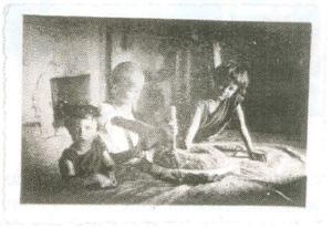 17. Kołchoz Czan-Czar. Przy żarnach ręcznych w lepiance. Od lewej: Teresa, Jan Stanisław i Justyna Tumiłowicz. Foto: Jadwiga Tumiłowicz.