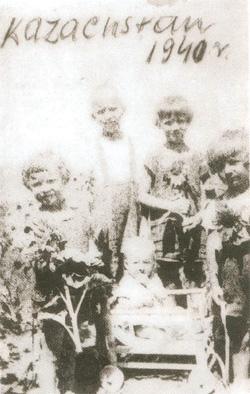 18. Teresa Janina, Jan Sta-nisław, Justyna Tumiłowicz oraz Ryszard Gilejko i Helena Tumiłowicz (w-wózku, jeszcze żyjąca). Kołchoz Czan-Czar, maj 1940 r. Foto: Jadwiga Tu-miłowicz.