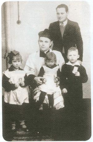 7. Hancewicze, 16.02,1939 r. Ks. Stanisław Kurek z organi-stą. Od lewej: Justyna, Teresa i Jan Stanisław Tumilowicz.