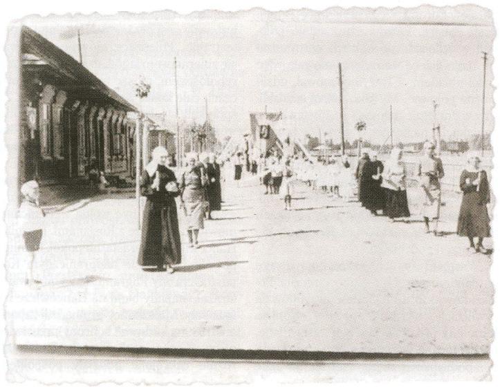 Procesja na Boże Ciało. Hancewicze 1938 r. (po lewej J. S. Tumiłowicz). Zdjęcie wykonał: Aleksander Tumiłowicz.