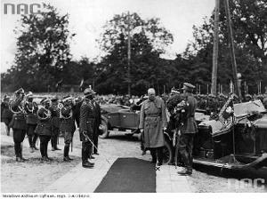 Brześć nad Bugiem. Ignacy Mościcki witany przez wojsko. (Narodowe Archiwum Cyfrowe)