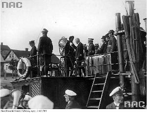 """Pińsk. Ignacy Mościcki na pokładzie statku uzbrojonego """"Admirał Dickman"""" (Narodowe Archiwum Cyfrowe)"""