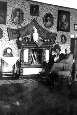 Witold i Zofia Łopot (z Jezierskich) w zagrodzie (lata '30)