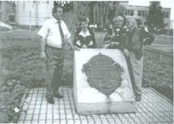 Symboliczny grób N. Ordy w Iwanowie. Stoją od lewej: Szelagowicz, Dryczyc, Borodzinczyk, Mielnik
