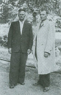 Stanisław Hutorowicz (w białym płaszczu) z kolegą Januszkiewiczem