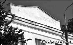 """Widok frontonu budynku z napisem """"Gimnazjum Państwowe. Męskie"""""""
