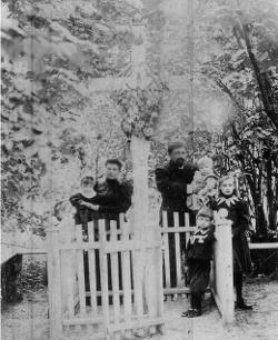 5. Bokinicze. Stanisław Skirmunt z rodziną przy grobie powstańców styczniowych. Zdjęcie z początku XX stulecia.