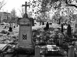 Wszechpolska akcja «Zapal znicz na grobach powstańców». Znicze na grobie Heleny Skirmunt na cmentarzu przy ul. Spokojnej w Pińsku, styczeń 2013
