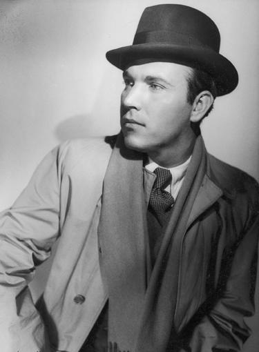 Fotografia portretowa w płaszczu i kapeluszu (Ilustrowany Kuryer Codzienny) // Fot. ze zbiorów Narodowego Archiwum Cyfrowego