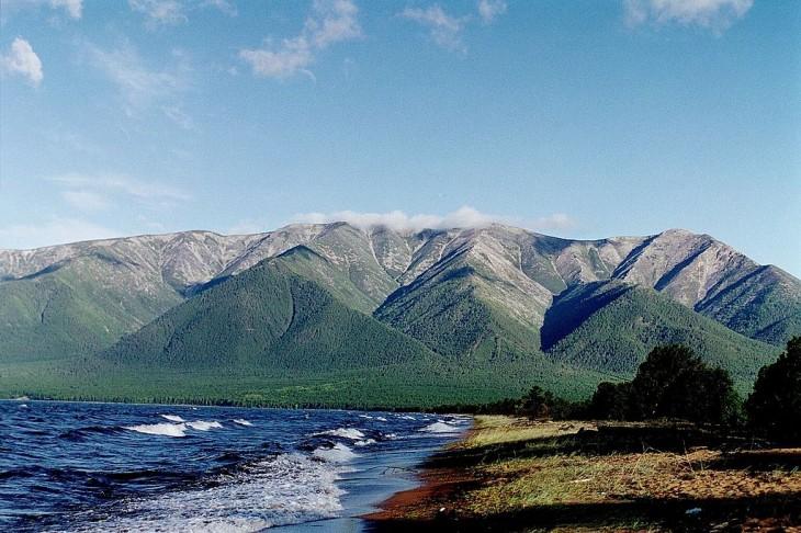 Jezioro Bajkał źródło : http://pl.wikipedia.org/wiki/Przybajkale#mediaviewer/Plik:26_swiatoinos.jpg