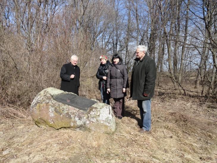 Ks.Jan Wasilewski z A.Jaroszewicz i A.Paniszewą przy kamieniu z tablicą pamiątkową