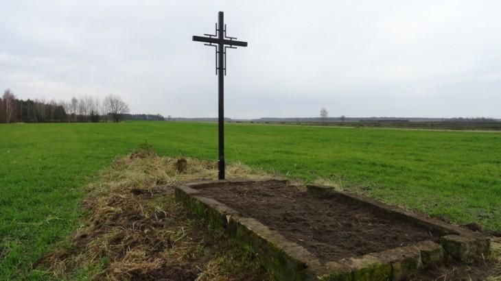 Nowy krzyż na mogile zbiorowej powstańców styczniowych w ok. w.Woroni