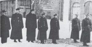 Baranowicze. 13 lutego 1937 r. General Anders (pierwszy od przwej) z grupą oficerów w czasie defilady