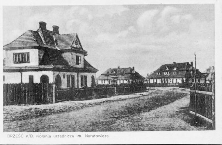 Nasz dom przy ul. Narutowicza 4, oraz domy czterorodzinne przy tej samej ulicy. (Zdjęcie z początku lat dwudziestych, bo brak jest posadzonych później drzew.)