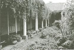 Krużganki i ogród w Domu I. Domeyki w Santiago