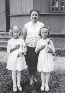 Pani Maksymilia Wańkowicz w latach 60-tych wbrew zakazom władz przygotowywała dzieci do Komunii św. i uczyła języka polskiego.