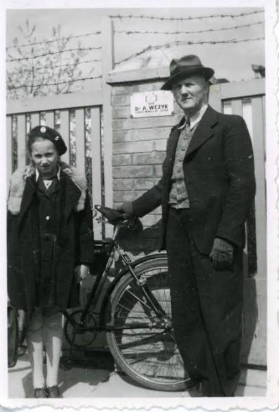 Mjr. Andrzej Wężyk z córką przed domem w Baranowiczach (ze zbiorów Z. Machowskiej)