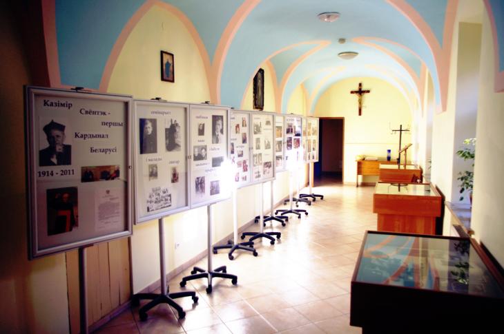 wystawa poświęcona kardynałowi, znajduje się w zakrytii pińskiej katedry