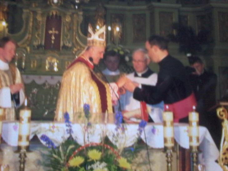 1.Na zdjęciu: w środku: Jego Eminencja ksiądz kardynał Józef Glemp; od lewej: Jego Eminencja ksiądz kardynał Kazimierz Świątek, w głębi: Przewielebny ksiądz kanclerz Stanisław Pawlina otrzymuje Medal Za zasługi dla Kościoła i Narodu